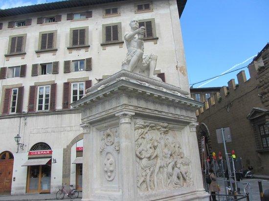 Basilica di San Lorenzo : Monumento em frente à basílica