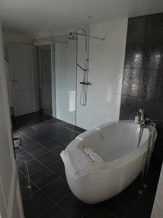 Chateau de Guignes : la salle de bain de la chambre Cerises