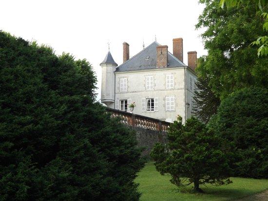 Chateau de Guignes : vue du château depuis le parc