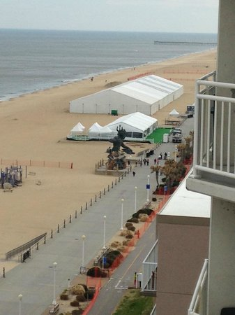 Residence Inn by Marriott Virginia Beach Oceanfront: Looking down from the balcony at the statue of Neptune.