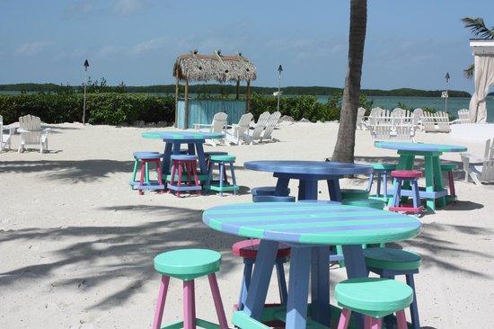 Pierre's : la plage de jour avec les tables colorées
