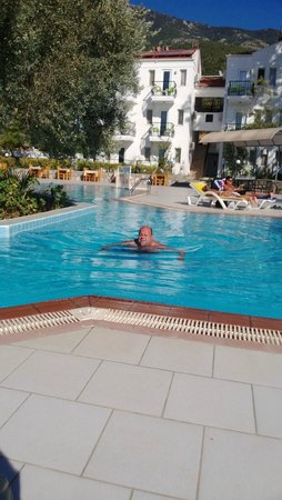 Sunshine Holiday Resort : Swimming in lovely pool