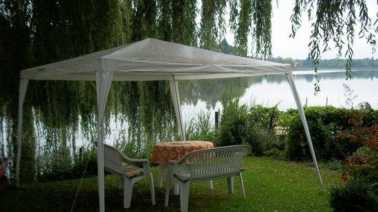 Lakeside Bed & Breakfast Berlin - Pension Am See: Il giardino affacciato sul placido lago