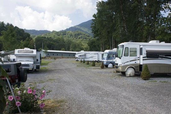 Trails End RV Park: RVs in lower end of campground