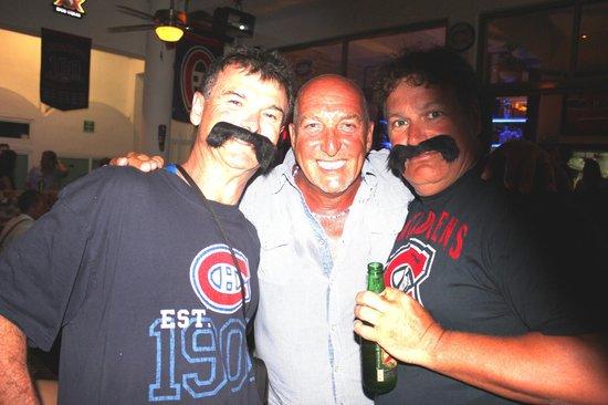 Los Tabernacos Bistro Lounge: Les frères Parros ,Boy et George avec Bob le pompier.