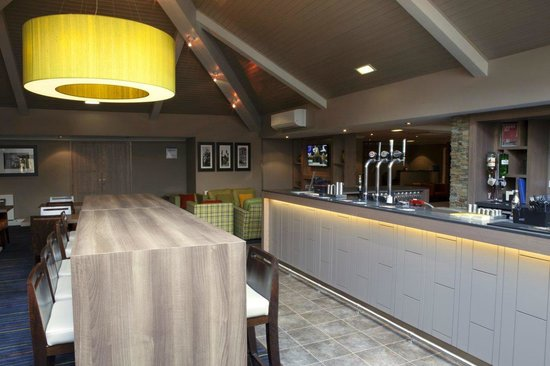 Holiday Inn Express Edinburgh Airport : Bar