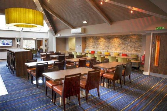 Holiday Inn Express Edinburgh Airport : Lounge