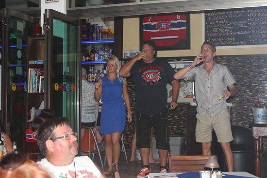 Los Tabernacos Sports Bar and Lounge: But du CH! Shooters de Téquilla! (George en a avalé sa moustache!)