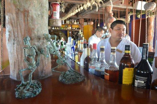 La Buena Vida Restaurant : Esqueleto de barracuda e caveirinhas por todo o bar