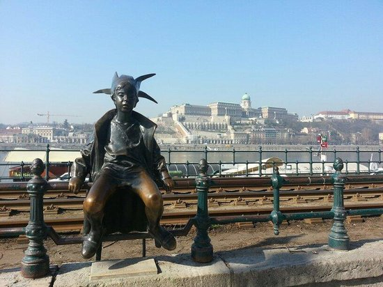 Korzo - Danube Embankment (Dunakorzó): Great view of Buda and a great gathering point for groups