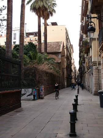 Casa Camper Hotel Barcelona: C. Elisabets (street) from the front entrance of the Casa Camper Hotel. great for strolling!