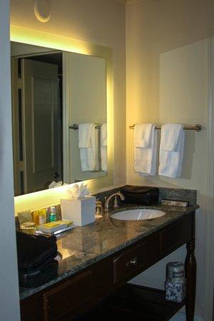 Edgewater Beach Hotel: Our double sink bathroom area