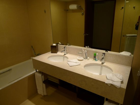 The Royal Pacific Hotel & Towers: Super bathroom with double sinks for the Pacific Grand rooms!