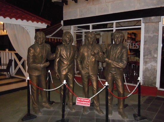 Beatles Bar: bronze statues outside