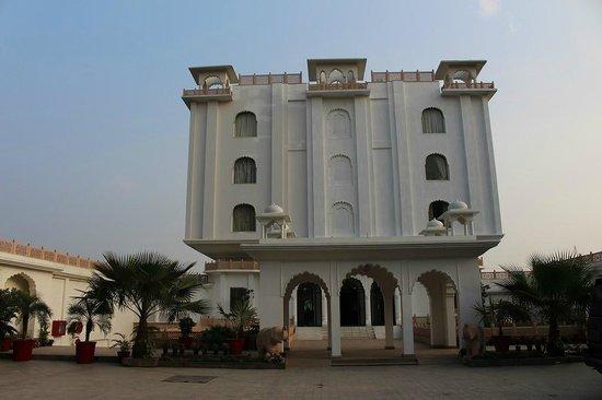 Utkarsh Vilas: 正面から見たホテル全景です。