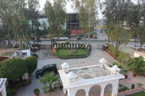 Utkarsh Vilas : 部屋から見たホテル前の広場です。
