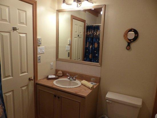 Gite le Roupillon B&B: salle de bain chambre ensoleillée