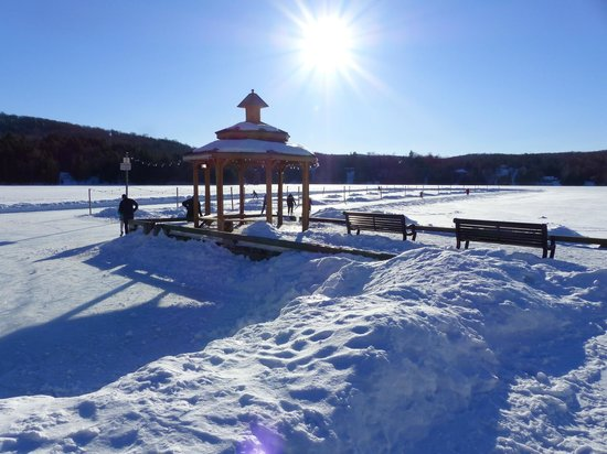 Gite le Roupillon B&B: patinoire sur le lac Mercier