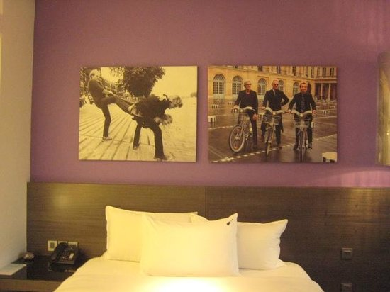 Hard Rock Hotel Singapore: 壁の写真がポリス