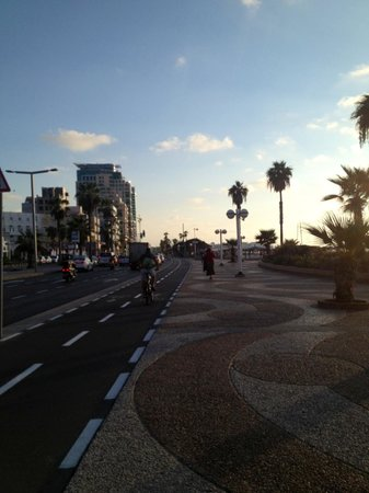 Hayarkon 48 Hostel : walk ways near the beach