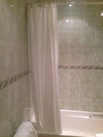 Alderley Edge Hotel: Shower curtain, I hate shower curtains.