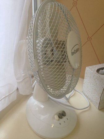 Alderley Edge Hotel: No air con in the rooms, small fans instead.
