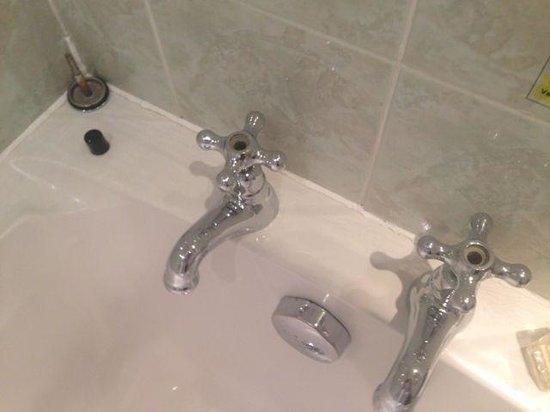 Alderley Edge Hotel: Missing Hot/Cold off taps, broken pop up plug, no chance of a bath.