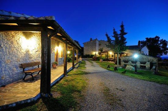 Semproniano, Itália: Esterno notturno