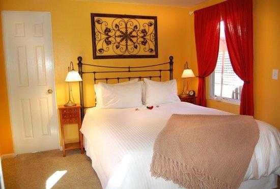 Sonoma's Best Guest Cottages: Spring Flowers Cottage Bedroom - Sleeps 2