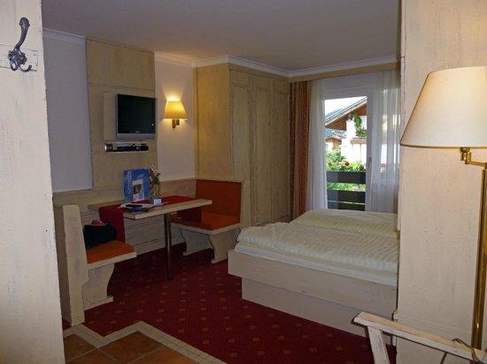 MONDI-HOLIDAY Alpinhotel Schlosslhof: Room 112 showing balcony view