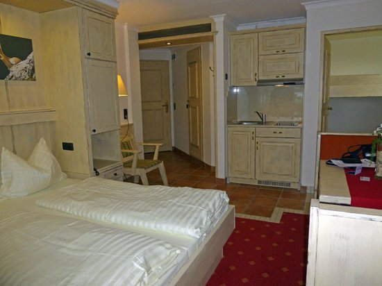 MONDI-HOLIDAY Alpinhotel Schlosslhof: Room 112 showing kitchenette