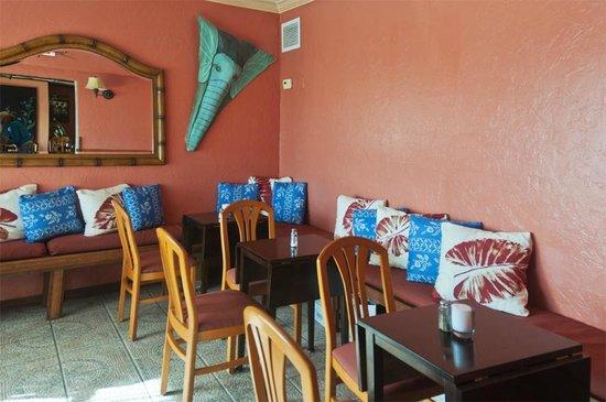Havana Cafe of the Everglades: Cheery sun room