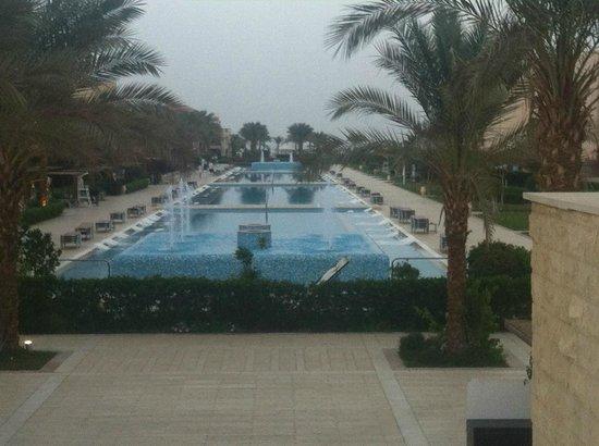 Jaz Aquamarine Resort: Quiet pool area.