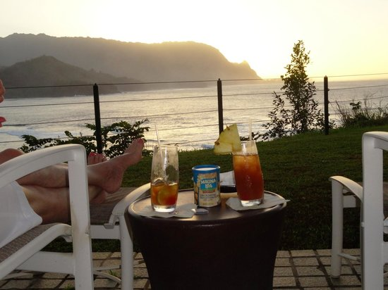 St. Regis Princeville Resort : Mai tai and macadamia nut sunset over Hanalei Bay