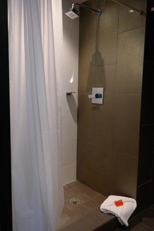 Room Mate Waldorf Towers : shower