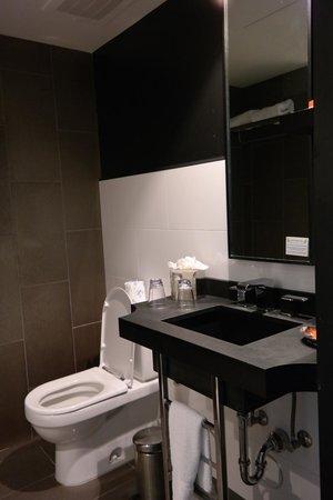Room Mate Waldorf Towers: bath room