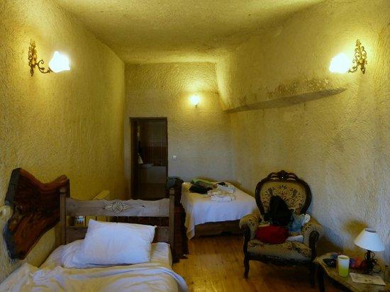 Sunset Cave Hotel: Quarto, vista da porta de entrada rumo a do banheiro.