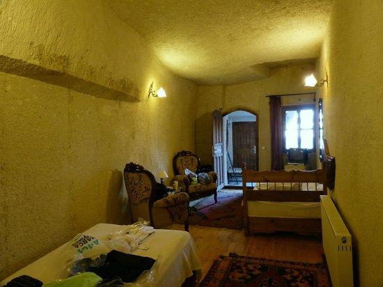 Sunset Cave Hotel: Mesmo quarto, entrada e janela.