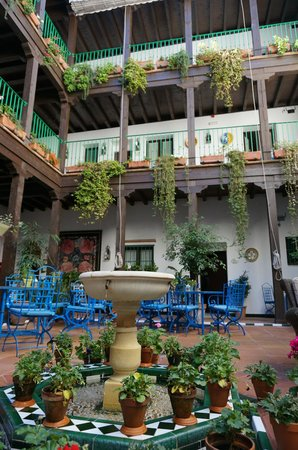 El Rey Moro Hotel Boutique Sevilla : Looking across the courtyard to our room
