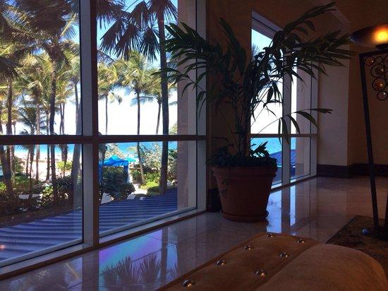 San Juan Marriott Resort & Stellaris Casino: Lounge lobby