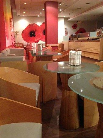 Ibis Bilbao Centro: Vista parcial de la sala de desayuno