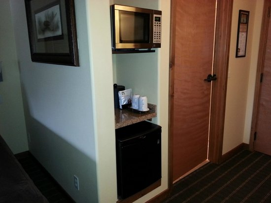 Bavarian Lodge: Microwave, coffee maker, and fridge