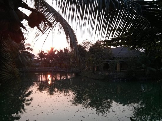 Baan Thai House : The lake with the lobby in the background