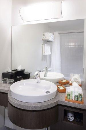 Hotel Alma at the University of Calgary : Bathroom
