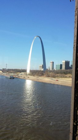 Jefferson National Expansion Memorial Park : Arch from the Metro