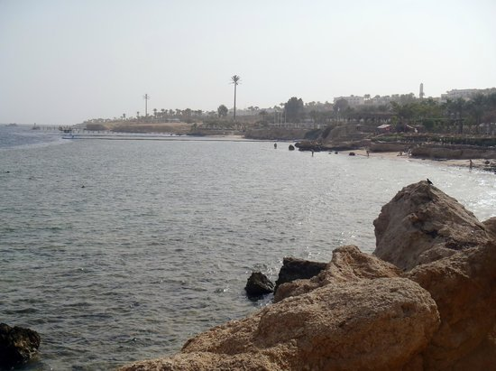 Royal Grand Sharm Hotel: View from above the beach