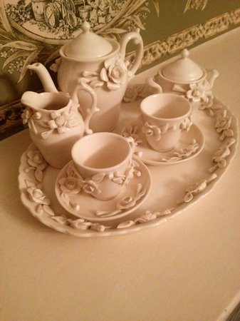 Hubert House Guesthouse: the lovely porcelain tea set in the Georgian room