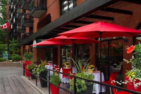 Cartier Place Suite Hotel: Restaurant Patio