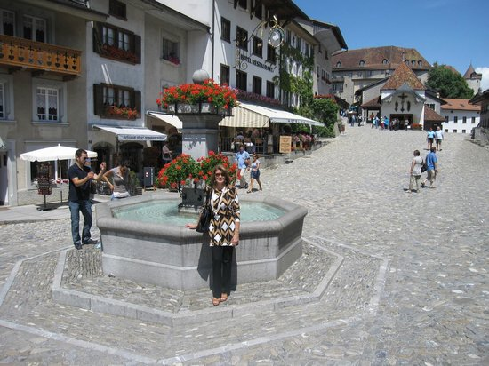 Castillo de Gruyères: the fountain