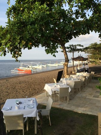 The Lovina: Dinner set up at the beach front
